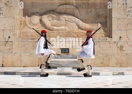 Atene, Grecia - 27.04.2019: guardie presidenziali eseguire un cerimoniale di cambio della guardia davanti alla tomba del milite ignoto a Atene, Grecia Foto Stock