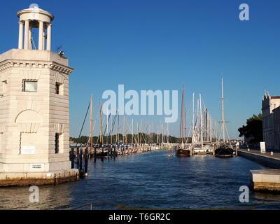 Vista dalla barca al molo a Venezia Foto Stock