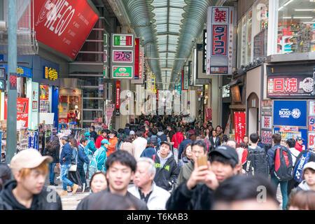 Osaka, Giappone - 3 Mar 2018: Il popolo giapponese, viaggiatori, turisti, sono negozi e ristoranti di Shinsaibashi Shopping Street (vivace quartiere dello shopping f Foto Stock