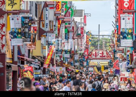 Tokyo, Taito-Ku, quartiere di Ueno - 13 Agosto 2017 : cartelloni colorati e strade affollate di Ameyoko Uechun shopping street market. Foto Stock