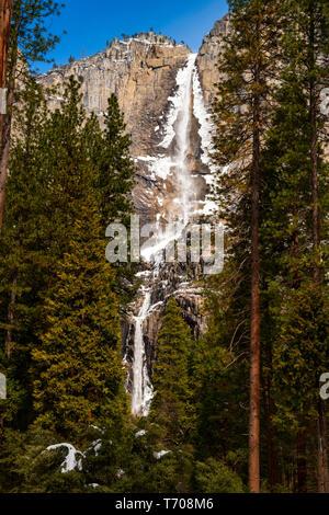 L'iconico Yosemite Falls in inverno. Foto Stock