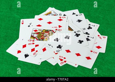 Casino carte da gioco sul tavolo verde Foto Stock