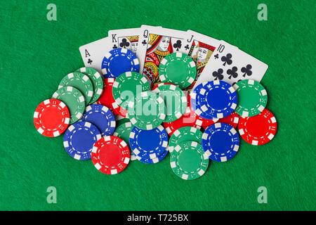 Fiches del casinò e giocare a carte sul tavolo verde Foto Stock
