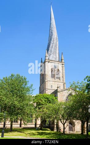 Chiesa di Santa Maria e di tutti i Santi Chesterfield con una famosa guglia ritorto Derbyshire Inghilterra GB UK Europa Foto Stock
