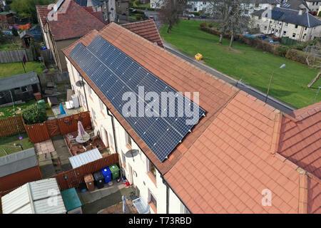 Vista drone di pannelli solari su consiglio del tetto della casa Foto Stock