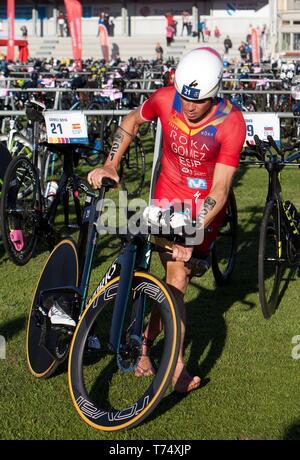 Atleta spagnolo Javier Gomez Noya compete per vincere a lunga distanza Triathlon del Campionato del Mondo di evento di elite come parte del Pontevedra ITU World Championships Multisport, in Pontevedra, Spagna, 04 maggio 2019. EFE/ Salvador Sas Foto Stock