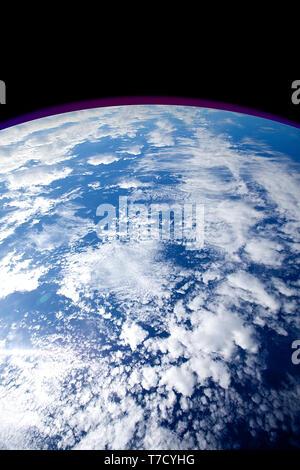 Immagine del cielo, invertito in modo da apparire come una immagine della Terra dallo spazio. Foto Stock