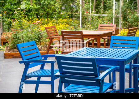 Sedia blu & tavolo in legno nella sala da pranzo accogliente