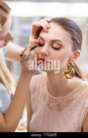 Bella donna attraente la visita di un studio di bellezza Foto Stock