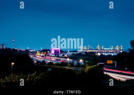 Skyline di Dortmund, con l'autostrada A40 (Ruhrschnellweg, Westfalendamm) nella città di Dortmund come Federal Highway 1, lo stadio di calcio Signal Iduna Park (Westfalenstadion), Westfalen Hall e la torre della TV Foto Stock