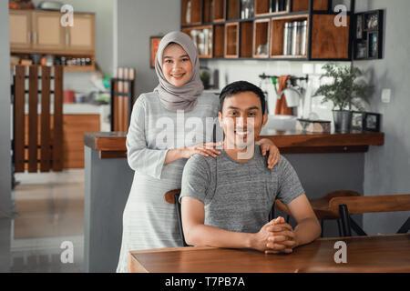 Coppia musulmana seduti nella sala da pranzo insieme Foto Stock