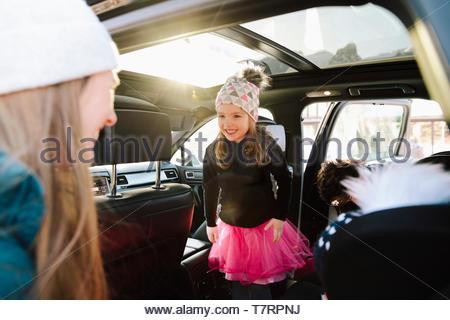 Carino il toddler girl in auto sorridente alla madre Foto Stock