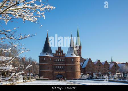 Il Mattone città gotica porta Holstentor/ Holstein Gate nella città anseatica di Lubecca in inverno, Schleswig-Holstein, Germania