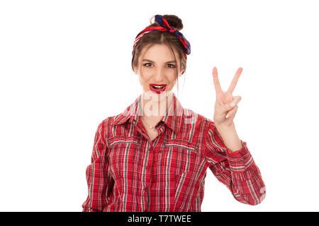 Bruna giovane donna che mostra e rivolta verso l'alto con le dita il numero due mentre sorridente fiducioso e felice isolato su sfondo bianco parete Foto Stock