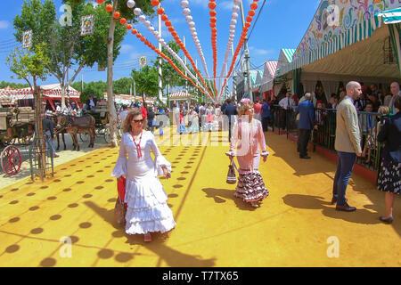 Siviglia, Spagna - 5 Maggio 2019: la gente a piedi dalla Fiera di Aprile di Siviglia il Maggio 5, 2019 a Siviglia, Spagna Foto Stock