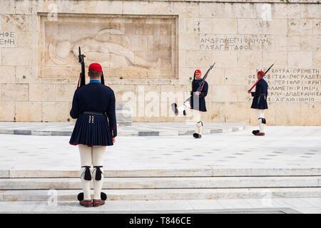 Atene, Grecia - 9 Marzo 2019: il cambio della guardia presidenziale chiamato Evzones davanti al monumento del Milite Ignoto, accanto al greco P Foto Stock