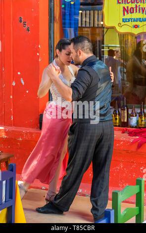 Ballerini di tango presso un ristorante su El Caminito, un colorato street a La Boca distretto di Buenos Aires, Argentina Foto Stock