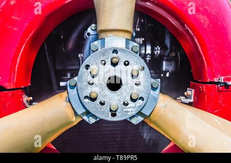 Chiudi vista frontale di dettaglio vintage biplano rosso elica, motore, flangia di montaggio e i bulloni. Foto Stock