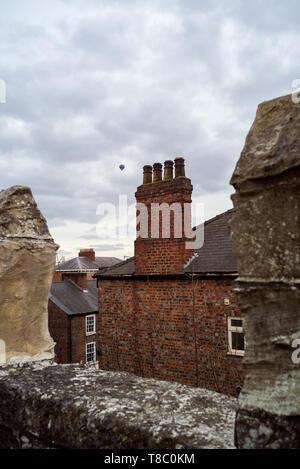 In mongolfiera ad aria calda su York come visto attraverso i bastioni delle mura della città. Foto Stock