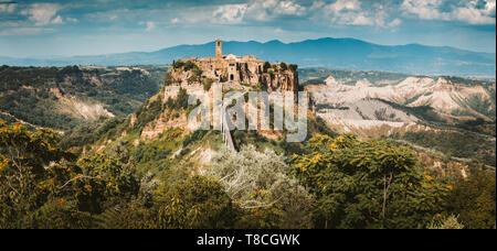 Bellissima vista del famoso borgo di Civita di Bagnoregio con il fiume Tevere valley e drammatica cloudscape al tramonto, Lazio, Italia