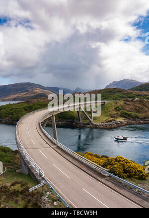 Kylesku ponte sulla costa nord 500 SCENIC guida nel percorso di Sutherland, Highland, nel nord della Scozia, Regno Unito Foto Stock