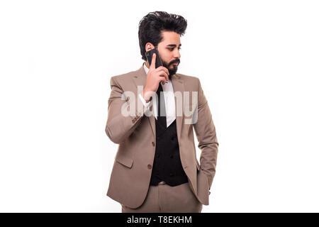 Giovani felici arab business man sul cellulare isolato su uno sfondo bianco Foto Stock