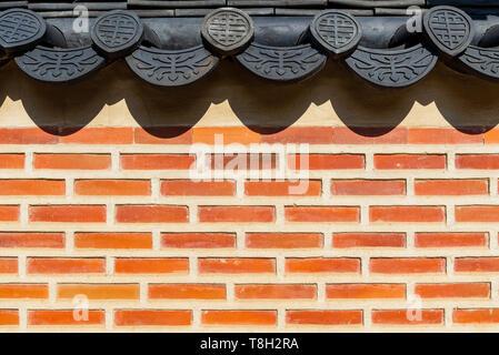 Il coreano tradizionale muro di mattoni e ceramica nera del tetto, Seoul, Corea del Sud