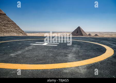 Eliporto vicino alle piramidi, altopiano di Giza vicino al Cairo, Egitto Foto Stock