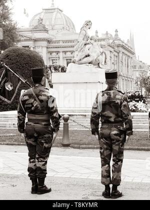 Strasburgo, Francia - 8 Maggio 2017: cerimonia per gli alleati occidentali la Seconda Guerra Mondiale la vittoria armistizio in Europa i soldati davanti a un monumento aux morts de Strasbourg Foto Stock