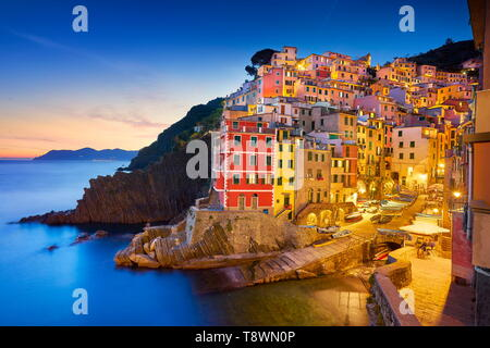 Riomaggiore al crepuscolo serale, Cinque Terre Liguria, Italia Foto Stock