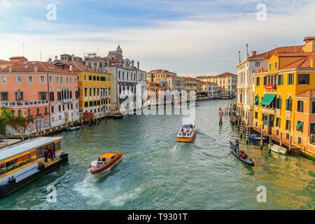 Venezia, Italia - 23 Ottobre 2018: vista del Canal Grande dal Ponte dell'Accademia di Venezia