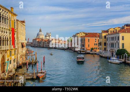 Vista del Canal Grande dal Ponte dell'Accademia a Venezia. Italia