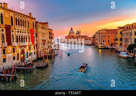 Vista del Canal Grande dal Ponte dell'Accademia sul tramonto a Venezia. Italia