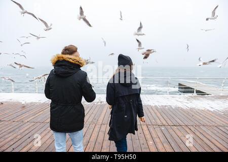 Immagine di una coppia felice amare giovane a piedi la spiaggia all'esterno.