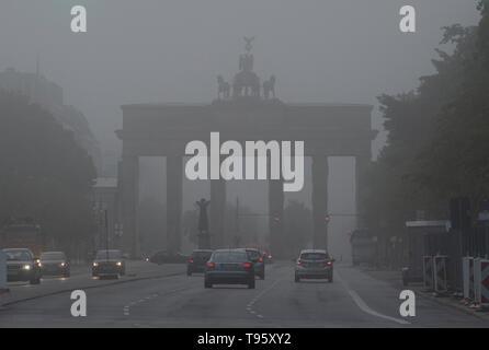 Berlino, Germania. Il 17 maggio 2019. Nebbia fitta avvolge la Porta di Brandeburgo al mattino. Credito: Paolo Zinken/dpa/Alamy Live News