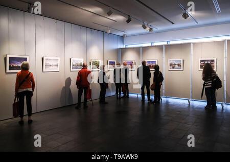 Berlino, Germania. Il 17 maggio 2019. Visitatori guarda le foto visualizzate durante la Nanjing culturali e turismo settimane alla Cina centro culturale di Berlino, capitale della Germania, il 17 maggio 2019. Credito: Shan Yuqi/Xinhua/Alamy Live News