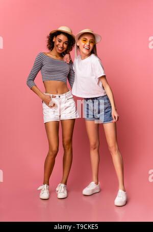 Felice diverse ragazze millenario in estate elegante usura Foto Stock