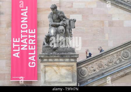 Pechino, Germania. Il 17 maggio 2019. Due i visitatori a piedi al di fuori del piano di sotto la Alte Nationalgalerie (vecchia galleria nazionale) all'Isola dei Musei di Berlino, capitale della Germania, il 17 maggio 2019. Credito: Shan Yuqi/Xinhua/Alamy Live News
