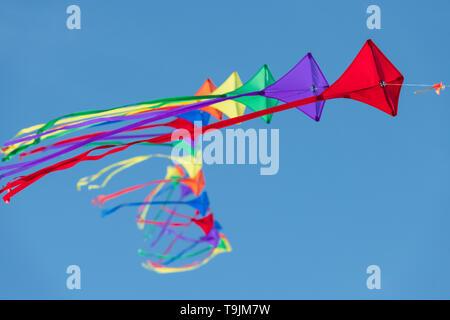 Domenica 19 maggio 2019. In un ambiente luminoso e breezy day in North Devon le condizioni risultare perfetto per il Condino Il kite festival, la gente di disegno per il Foto Stock
