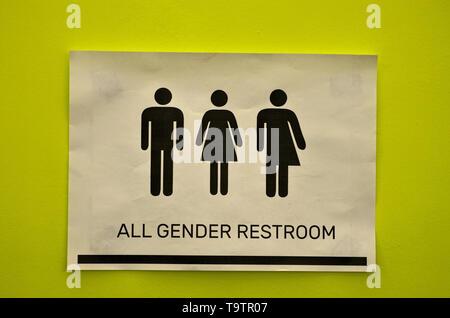 Servizi Igienici Segnaletica Di Tutti I Tipi Accanto A Una Porta Del