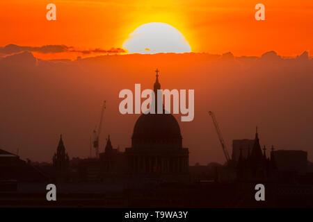 Londra, Regno Unito. Il 20 maggio 2019. Meteo REGNO UNITO: drammatico tramonto sulla Cattedrale di San Paolo. Credito: Guy Corbishley/Alamy Live News
