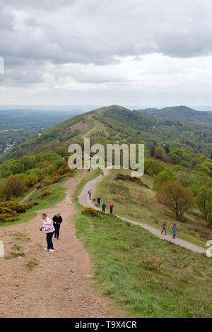 Malvern Hills - persone che camminano nella Malvern Hills, siti di particolare interesse scientifico, Malvern, Worcestershire Inghilterra REGNO UNITO Foto Stock