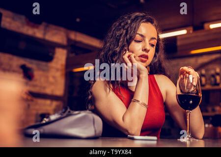 Sentimento donna lonely bere il vino senza fidanzato Foto Stock