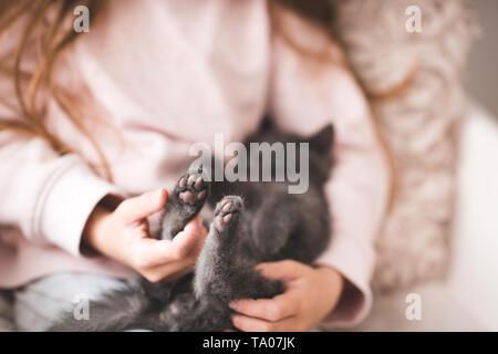 Ragazza con i piedi gattino closeup. Foto Stock