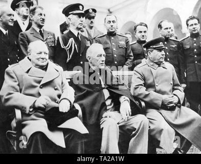 La Conferenza di Yalta: il Primo ministro inglese Winston Churchill, il Presidente americano Roosevelt e Joseph Stalin. Bancata posteriore, da sinistra.: Sir Alan Cunningham, il generale Sir Ismay Hastings, Fleet Admiral E.J. Re. Foto Stock