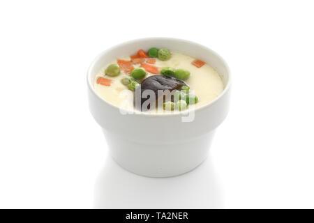 Vaporizzato uovo sbattuto isolato in uno sfondo bianco Foto Stock