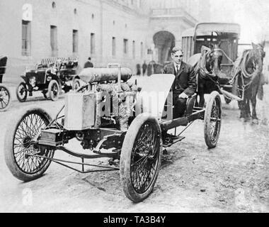 L'ingegnere americano e imprenditore Henry Ford con la 'freccia Racer'. Ford ha coperto un miglio in 39,2 secondi con la 'freccia Racer' sul lago ghiacciato di St. Clair. Foto Stock