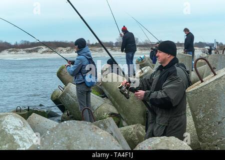 Persone di pesca dal molo sul mare, i pescatori sul molo, Baltiysk, la regione di Kaliningrad, Russia, Marzo 21, 2019 Foto Stock