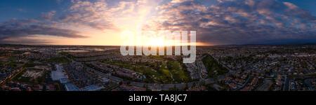 Aeiral pano cattura da un altitudine di 100 metri su un campo da golf e un complesso di abitazioni in California. Immagine catturata al tramonto. Foto Stock