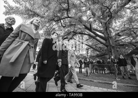 Strasburgo, Francia - 8 Maggio 2017: sindaco di Strasburgo Roland Ries e classificati in alto funzionari ar cerimonia per gli alleati occidentali la Seconda Guerra Mondiale la vittoria armistizio - basso angolo di visione Foto Stock